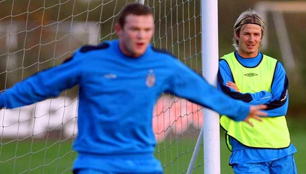 TØFF STANGVOKTER: Wayne Rooney prøvde seg i mål under skuddtreningen. David Beckham passet på stolpen. Foto: REUTERS