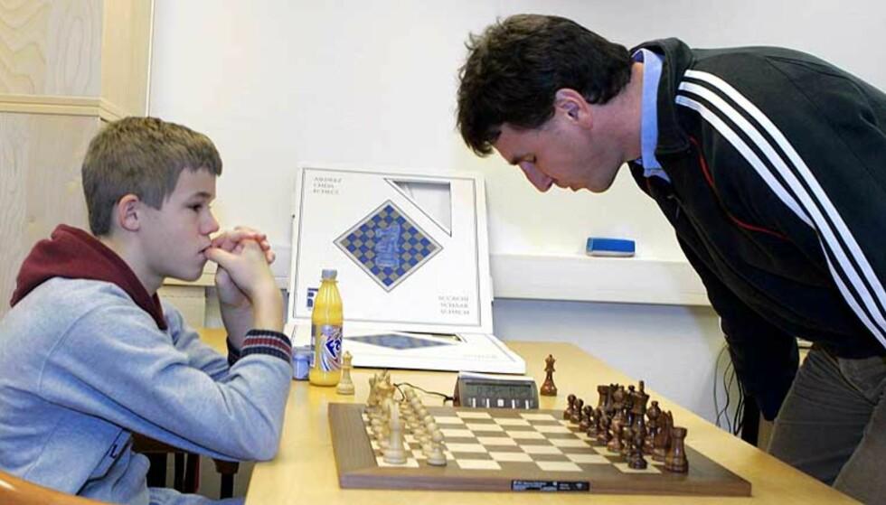 LÆREREN ER BEST: Simen Agdestein gikk seirende ut av kampen mot Magnus Carlsen. Foto: Scanpix