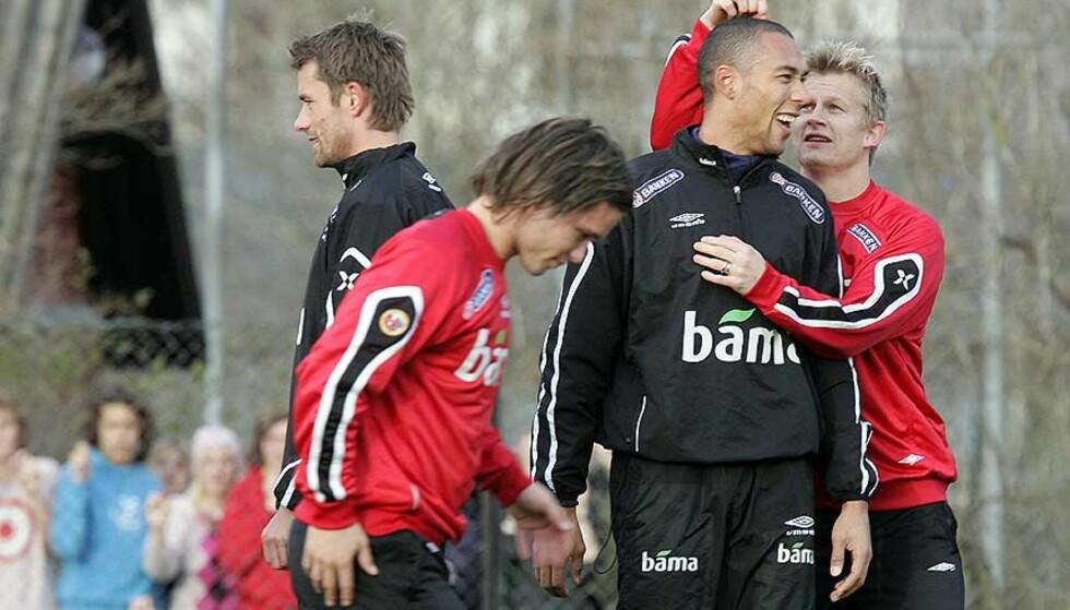 GLADE GUTTER: Steffen Iversen og John Carew i godt humør på dagens landslagstrening på Lambertseter. Foto: Scanpix