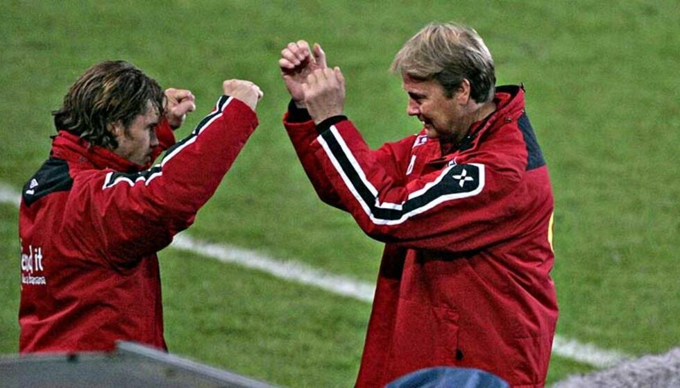 SPARRINGSPARTNERE: Stig Inge Bjørnebye og Åge Hareide snakker om historie for å få tankene bort fra fotballen. Foto: Bjørn Langsem