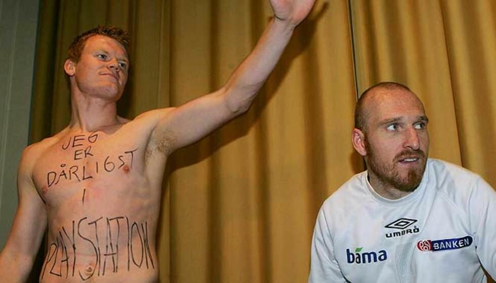 AVKLEDD: John Arne Riise måtte stille i bar overkropp på gårsdagens pressekonferanse, etter et PlayStation-tap. I kveld er det Tsjekkia som skal kles av. Foto: SCANPIX