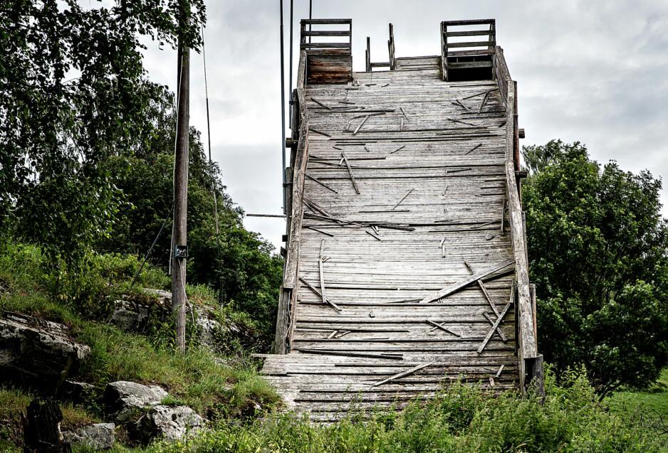 HOLDER SÅ VIDT: Wålebakken, Ringebu (1947 - ?) Trappen opp til hopptårnet er skeiv, men holder fremdeles vekten av en voksen mann, og Wålebakken er fremdeles et landemerke når du kommer kjørende langs E6 gjennom Ringebu. FOTO: Aleksander Myklebust