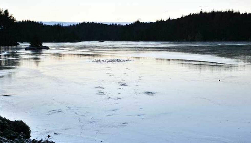 HENTET OPP LIVLØS: Fire gikk gjennom isen under skøytetur på Fotvatnet på Karmøy i dag. Foto: Kjetil Helland