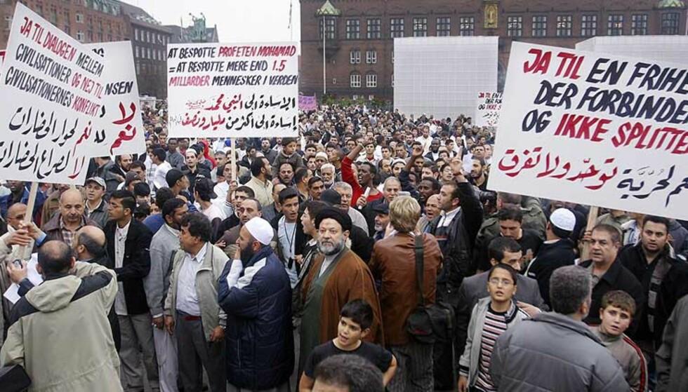 REAKSJONER: 14. oktober demonstrerte muslimer og støttespillere mot Jyllands-Postens tegninger av Muhammed. Ifølge den islamske tradisjon er det forbudt å billedliggjøre profeten for å unngå idolisering. Foto: Scanpix