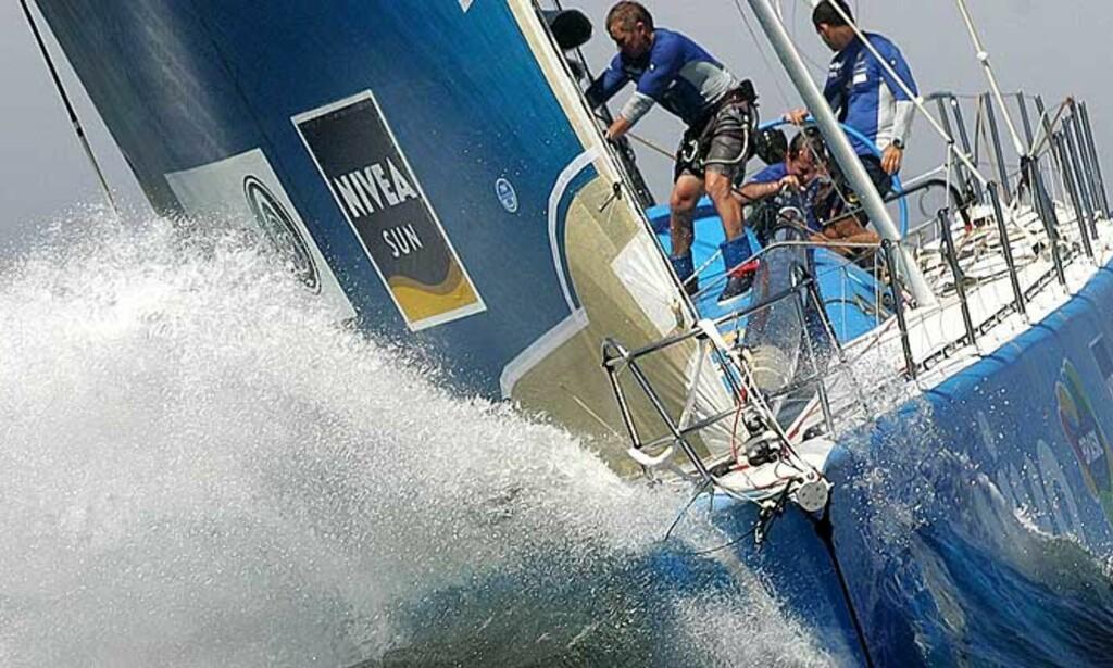 TØRR FERD MOT MÅL: «Brasil1» kommer til mål i Volvo Ocean Race takket være fiskebåt- og trailerhjelp. Foto: AP/Scanpix