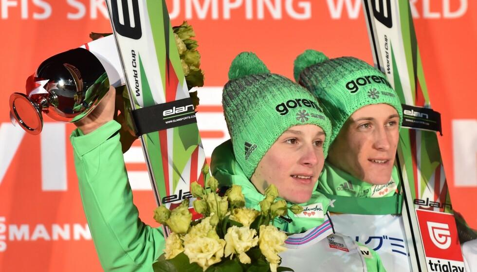 SUPERBRØDRE: Domen Prevc (til venstre) og Peter Prevc (til høyre) feirer andre- og førsteplass i verdenscuprennet i Sapporo 30. januar i år. Nå skal også den siste i Prevc-flokken, Cene Prevc, være med i verdenscupen. Foto: AFP PHOTO