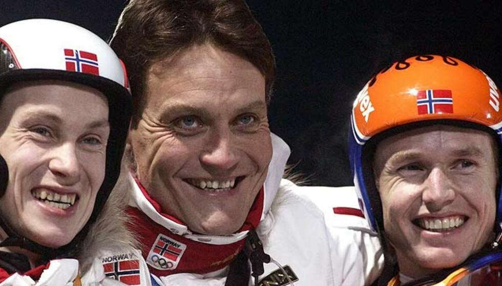 STOLT TRENER: Mika Kojonkoski sammen med sine medaljører Lars Bystøl og Roar Ljøkelsøy. Foto: Reuters/Scanpix