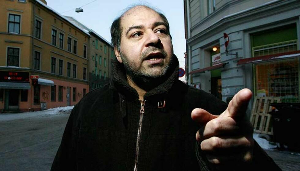 KNEFALL:  -  Islamistene i Norge jubler for å ha vunnet fram med truslene. Jeg lurer på hvordan nordmenn vil reagere på at verdiene deres blir trampet på mens myndighetene står og ser på, sier den norsk-irakiske forfatteren Walid al-Kubaisi. Foto: Henning Lillegård