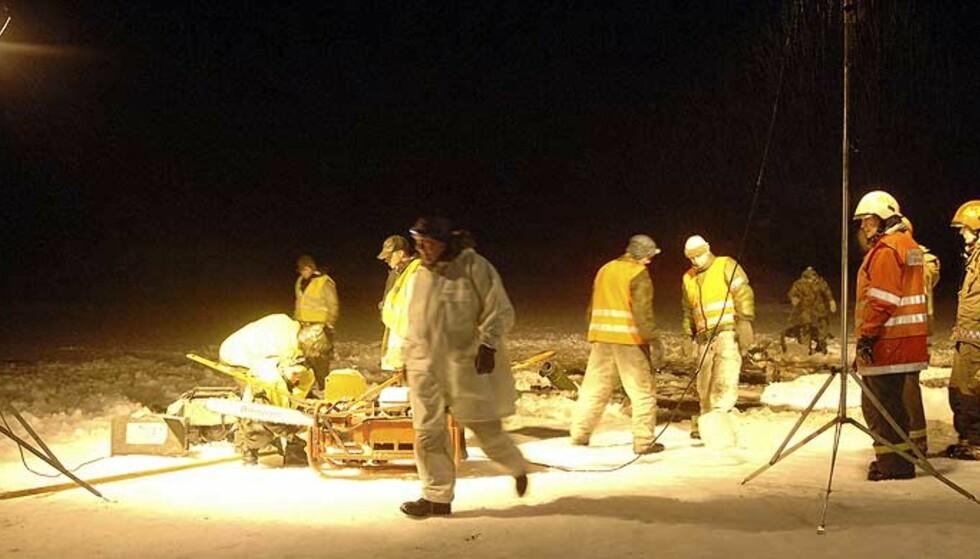 SANK: Den omlag 45 tonn tunge stridsvognen braste gjennom isen og sank i myrvannet. Foto: Scanpix