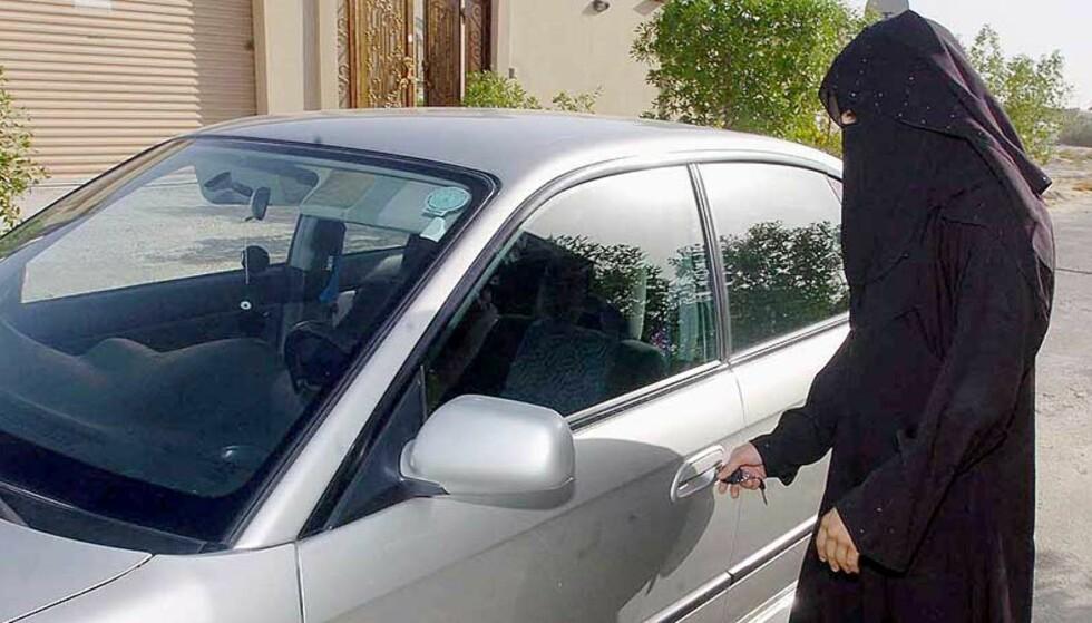 LEI DISKRIMINERING: Saudi arabiske kvinner må søke ektemannen om lov til å ta sertifikatet på bil. Nå har fem kvinner tatt kjønnsskifteoperasjon for å unngå religiøs diskriminering. Foto: Scanpix