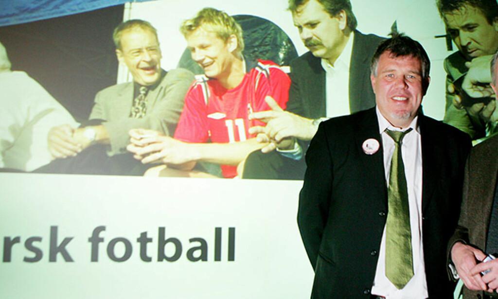SKRYTER AV SALGET: TV2 Zebra-direktør Jon Grøholdt er fornøyd med salg av betal-tv for tippeligaen. Her er toppfotballsjef Kjetil Siem og TV2-sjef Kåre Valebrokk under en pressekonferanse for planene. Foto: Scanpix