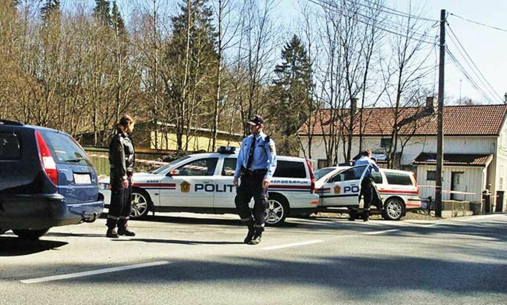 ETTERFORSKER: Det er et stort oppbud av politifolk ved åstedet på Skui, både fra Asker og Bærum politidistrikt, Kripos og Sefo. Foto: TRULS BREKKE/DAGBLADET