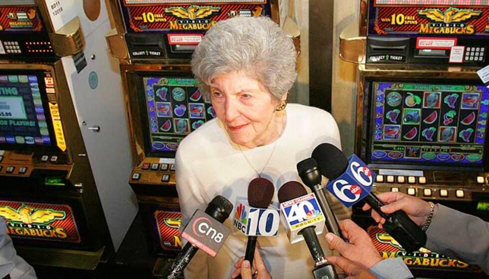 RIK OLDEMOR: Josephine Crawford (84), foran den enarmede banditten som ga rekordgevinsten. Foto: AP/SCANPIX
