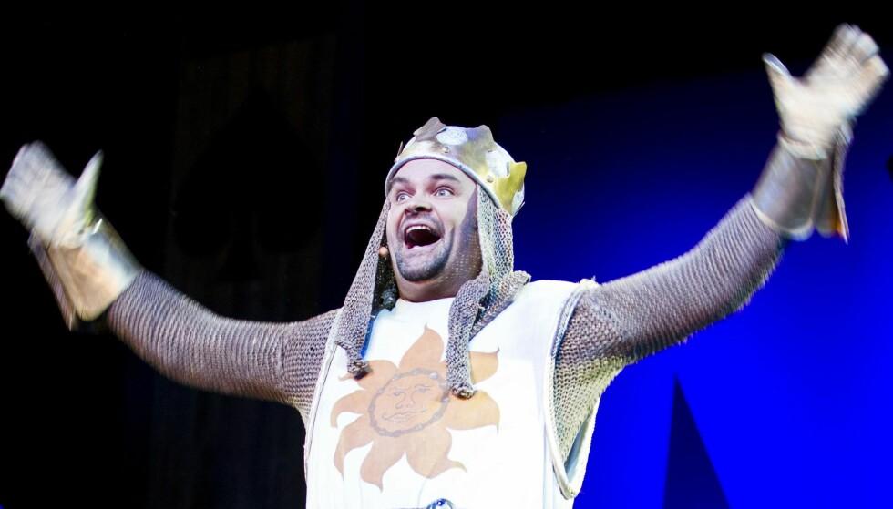 Er du humorist og pusher 50? Da har TVNorge jobb til deg! Atle Antonsen er i hvert fall fornøyd. Her i rollen som Kong Arthur i «Spamalot». Foto: Scanpix