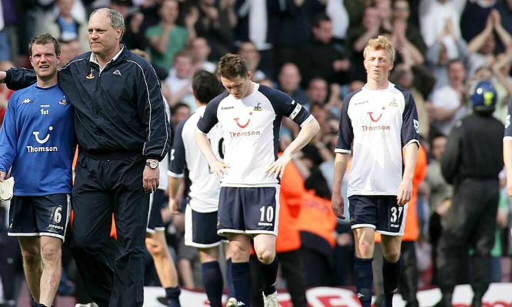 TAPTE FJERDEPLASSEN: Spurs lusker av banen etter tapet mot West Ham. Foto: EPA/SCANPIX