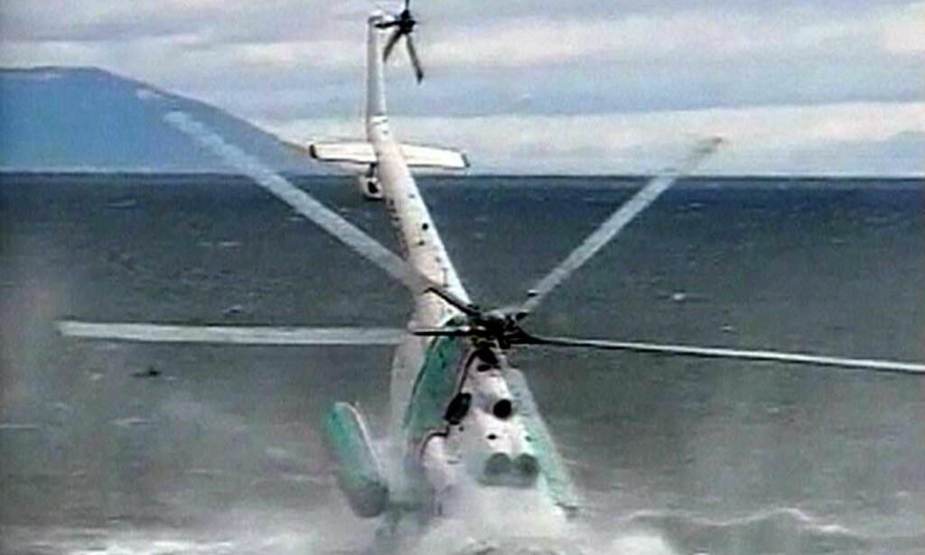 STYRTER: Her styrter helikopteret med 13 personer om bord. En av dem omkom, mens resten overlevde det dramatiske havariet. Foto: Scanpix
