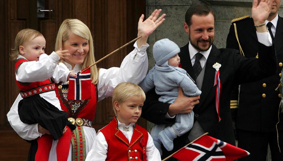 STASELIG FAMILIE: Kronprins Håkon Magnus, kronprinsesse Mette-Marit, Marius, prinsesse Ingrid Alexandra og prins Sverre Magnus stilte alle opp i morges for å hilse barna på Skaugum. Foto: Scanpix