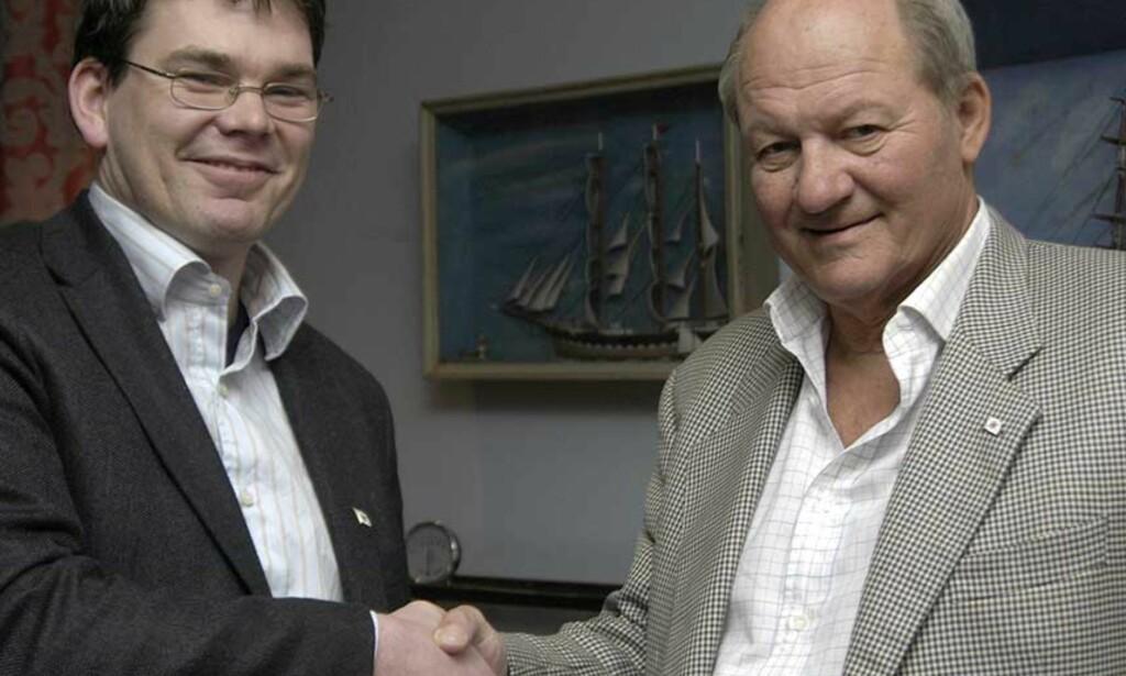 SHAKE HANDS  Skipsreder Petter C. G. Sundt (t.h.) tok nyvalgt president Lars Hellandsjø i hånden og garanterte at den nye redningskøyta til 30 millioner kroner blir levert. Sundt var fornøyd med at han ble lovet ro i rekkene. Nå blåser det kraftig igjen. Foto: Redningsselskapet.