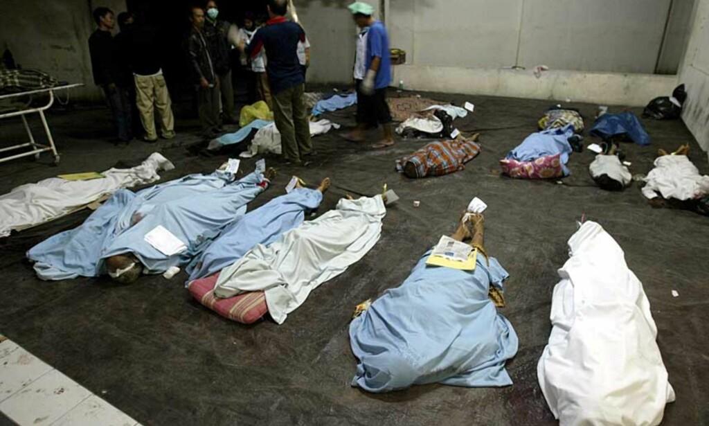 OVER 3000 DØDE: Overlevende etter skjelvet i Yogyakarta leter etter sine nærmeste blant døde som er fraktet til et sykehus. Foto: EPA/MAST IRHAM/Scanpix