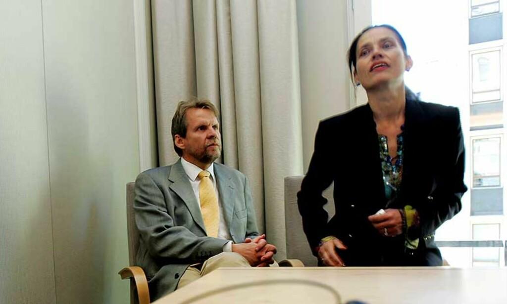 SLO TILBAKE: Tidligere UDI-direktør Trygve G. Nordby gikk til frontalangrep mot Graver-utvalget og undersøkelsesrapporten, men sa seg godt fornøyd med høringen. Her sammen med sin kone Vigdis som var med som støtte. Foto: Scanpix