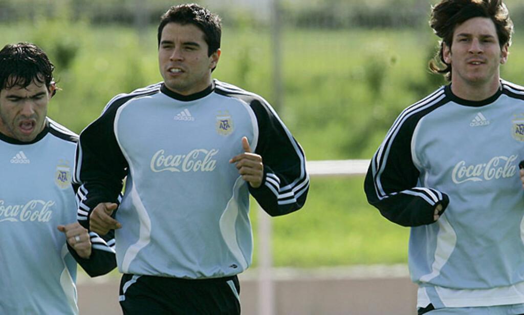 MÅ VENTE:Bare Javier Saviola får starte Argentinas åpningskamp mot Elfenbenskysten lørdag. Carlos Tevez(til venstre) og Lionel Messi(til høyre)starter på benken. Foto:AP/SCANPIX
