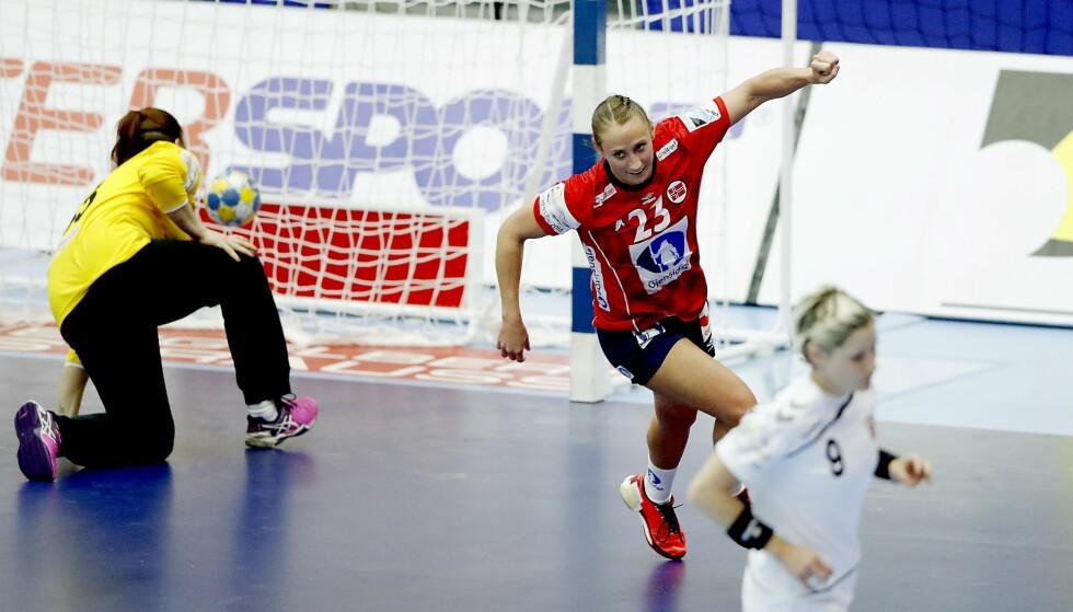 LITE FOLK: Camilla Herrem setter ballen i mål bak Petra Kudlackova. Norge har seks strake seire, men på tribunen har det vært lite folk. Foto: Bjørn Langsem / DAGBLADET