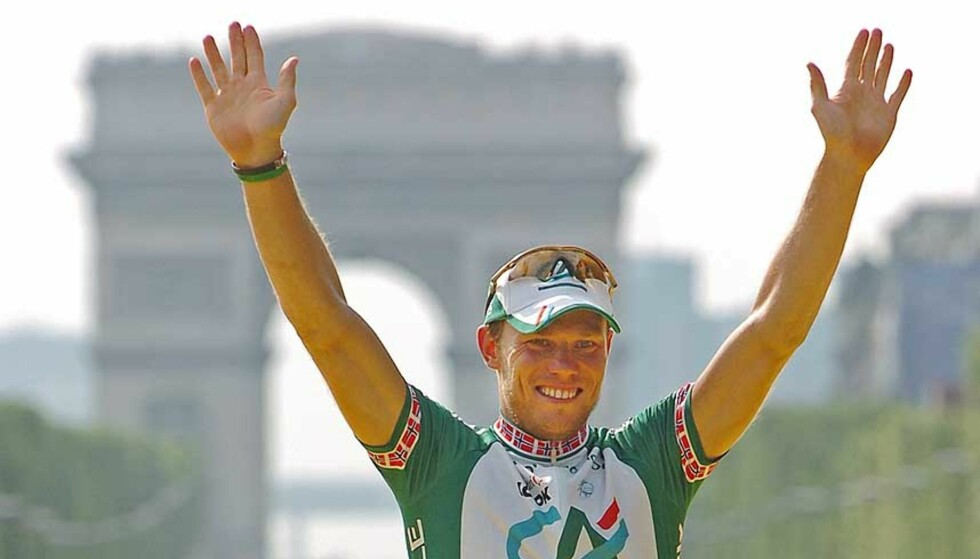 HELT RÅTT: Med tunga ute smadret Thor Hushovd all motstand i spurten på sykkelsportens aller gjeveste etappe. Nå er nordmannen historisk. Foto: REUTERS