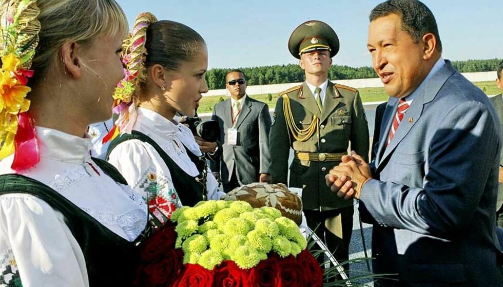 MOTTATT MED MILITÆR HONNØR: I dag var Hugo Chavez i Hviterussland, hyllet diktatoren Aleksandr Lukasjenko og sammenlignet hans politiske prosjekt med sitt eget. Foto: SCANPIX/AP