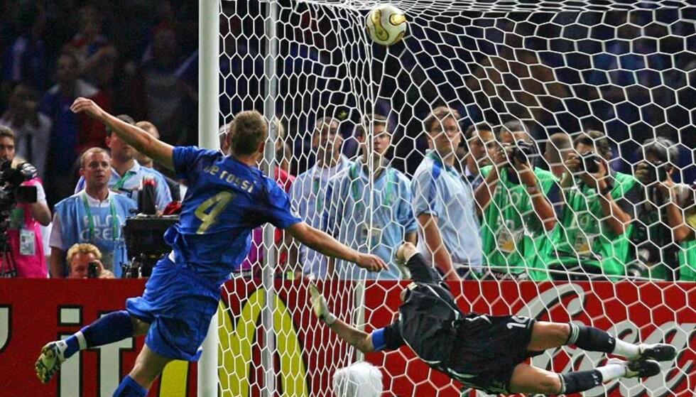 STRAFFEDRAMA: I sommer ble Italia verdensmester etter å ha slått Frankrike på straffer. Her klistrer Daniele De Rossi sin straffe i krysset bak Fabien Barthez. Nå vil FIFA-sjef Sepp Blatter avskaffe straffekonkurransen. Foto: REUTERS