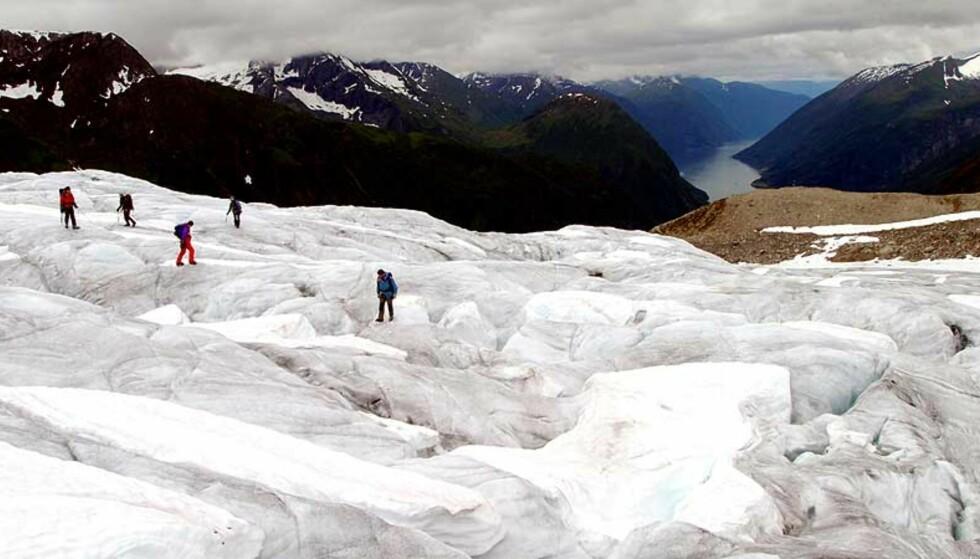 KAN FORSVINNE: Forskere ved NVE frykter at isbreene kan være borte om 100 år dersom nedsmeltingen fortsetter i samme tempo. Her krysser et taulag Supphellebreen i Fjærland. Foto: Scanpix