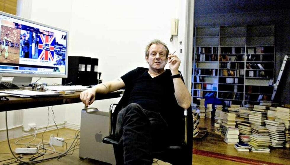EN DESIGNERS KONTOR: Egil Haraldsen omgitt av bøker og blad - og maskin og sigarettrøyk. Foto: BJØRN LANGSEM