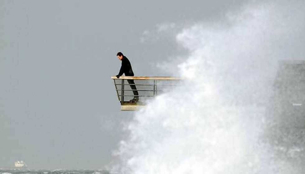 EN MODIG MANN: Studerer stormen fra utsiktspunktet i Västra Hamnen i Malmö første nyttårsdag. Foto: SCANPIX