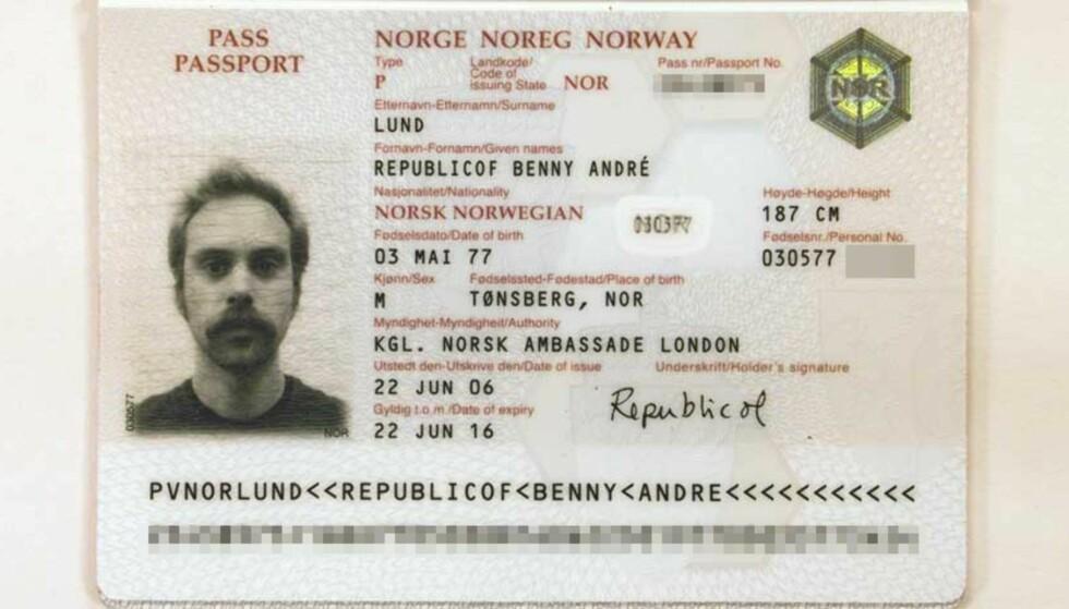 <strong><b>KUNST OG POLITIKK:</strong></b> Republicof Benny André Lund fikk endelig sitt pass utstedt fra den norske ambassaden i London. Det har også vært del av en utstilling i London i juli i sommer. Sponsor for utstillingen? Den norske ambassaden!