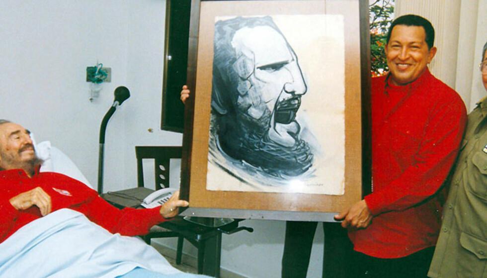GOD BEDRING:  Dette bildet ble tatt 13. august i fjor for det cubanske kommunistpartiets avis Granma på sykehuset i Havana, der  tilstanden for presidenten nå betegnes som meget alvorlig. Da var hans bror og fungerende president Raul Castro (til høyre) og Venezuelas president Hugo Chavez på visitt med en gave. Foto: Reuters/Scanpix.