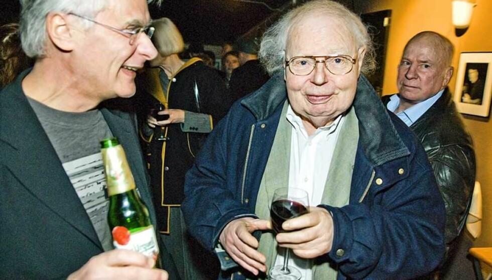 FESTVERT: Petter Vennerød (t.v.) arrangerte fest i anledning digitaliseringen av Wam og Vennerød-filmene onsdag kveld. NRKs film-mogul Pål Bang Hansen (i midten) påstår at han ikke har noen favorittfilm blant de 14 filmene, men at han alltid får et nostalgisk kick av å se dem igjen. I bakgunnen til høyre Fredrik Fasting Torgersen. Torgersen er drapsdømt, men mener han er offer for justismord. -Torgersen er spesialinvitert fordi han er en av de mest interessante skjebnene i norsk etterkrigshistorie, sier Vennerød. Foto: HÅKON EIKESDAL
