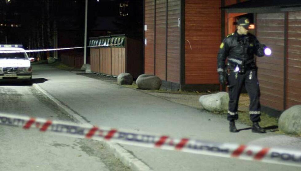 GJENGOPPGJØR:  Politiet sperret av området utenfor blokka i Granstangen 32A på Furuset i Oslo sist fredag kveld, etter at det ble avfyrt minst seks skudd mot to medlemmer av B-gjenger. Nå er to medlememr av A-gjengen pågrepet og siktet. Foto: Kyrre Lien, Scanpix.
