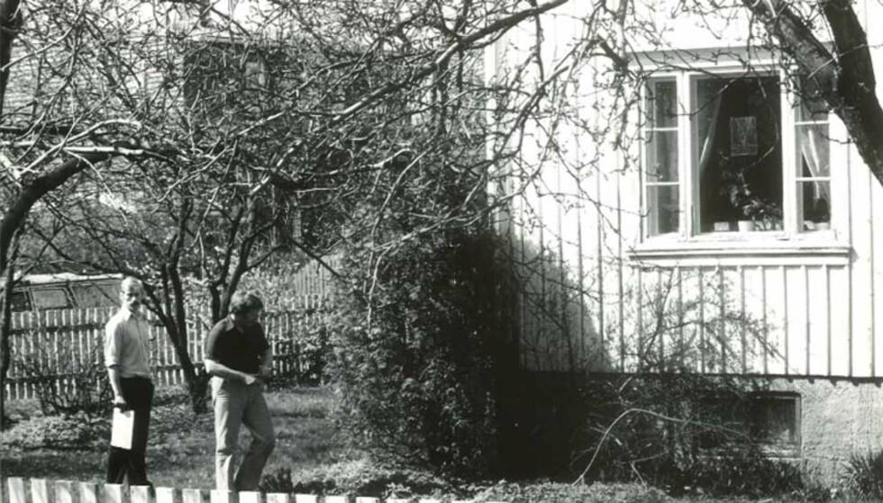 1983: Politietterforskere utenfor åstedet, hjemmet til Inger Johanne Apenes. Foto: RUNE MYHRE