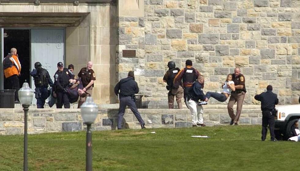 FORELESNINGER KANSELLERT:Studentene ble bedt om å holde seg hjemme og unna vinduene. AP Photo/The Roanoke Times, Alan Kim