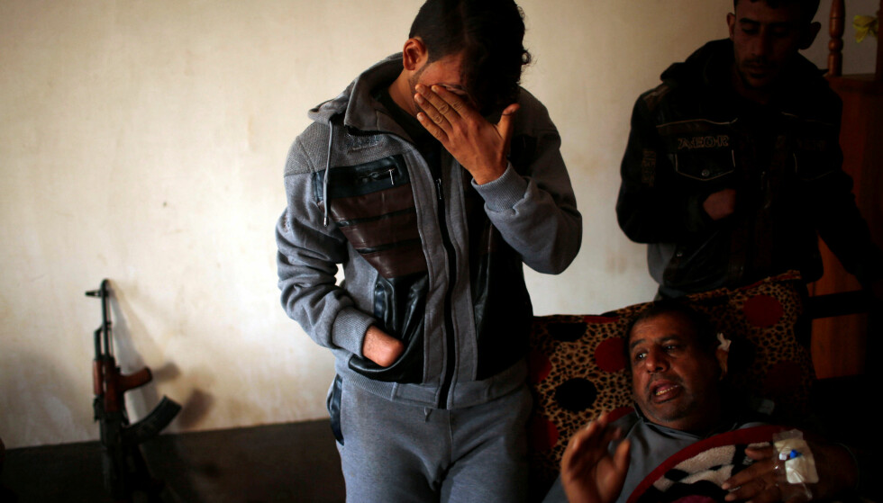 - IKKE MENNESKELIGE: Azad Hassan gråter når han forteller hvordan IS hogget hånda av både ham og storebroren. Faren ligger i stolen foran dem. Foto: REUTERS/Mohammed Salem/NTB Scanpix