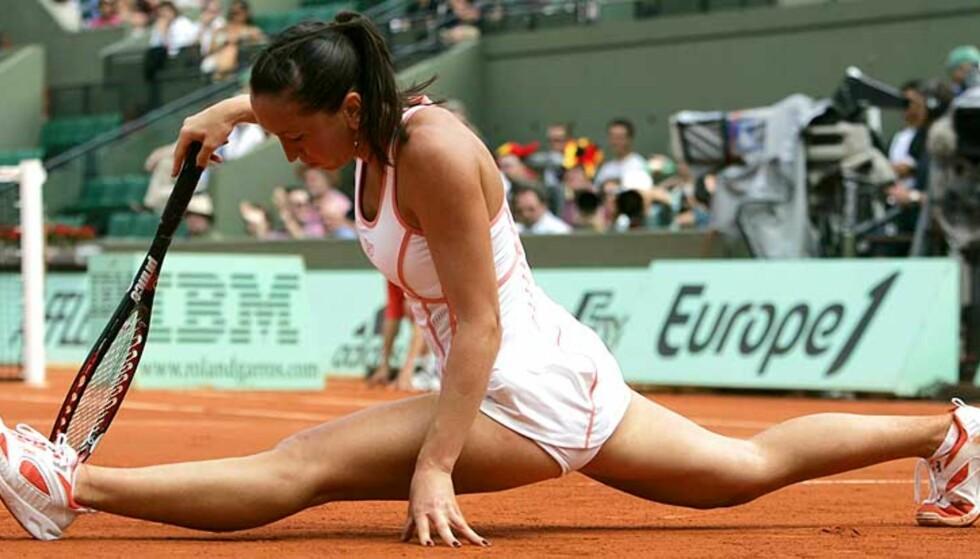 I SPAGATEN: Jelena Jankovic strekker seg for å nå en French Open-ball. Foto: REUTERS