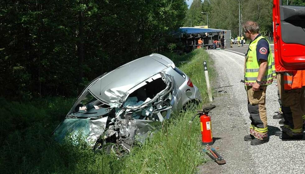 DREPT: To biler kolliderte med en trailer på E18 i Vestfold i ettermiddag. Kvinnen som kjørte den ene bilen ble drept i sammenstøtet. Foto: LASSE LJUNG