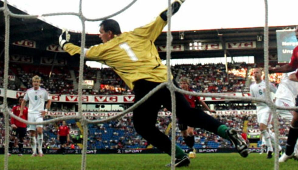FOR ET MÅL: John Carew har vendt bort midtstopperen, og her chipper han ballen over skulderen til Zoltán Végh. Foto: CORNELIUS POPPE / SCANPIX