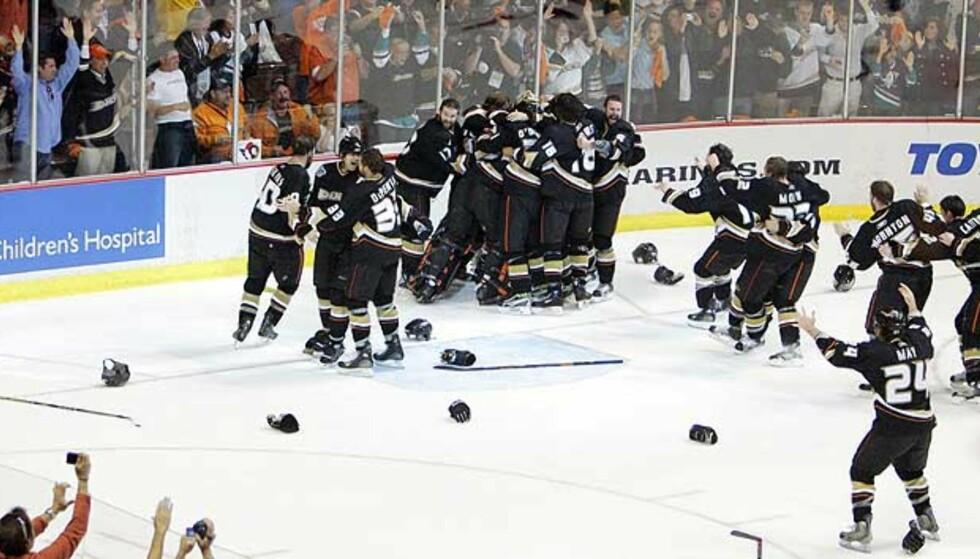 SEIEREN I BOKS: Duck-spillerne startet feiringen av Stanley Cup-seieren ute på isen i natt. Foto: Scanpix/Ap