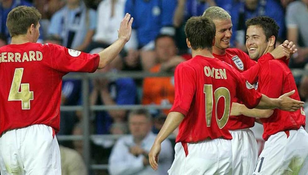 TILBAKE MED ET BRAK: David Beckham har spilt seg inn i de engelske hjerter. Her feirer han Joe Coles mål, det eneste han ikke sto bak. Foto: Scanpix/Reuters