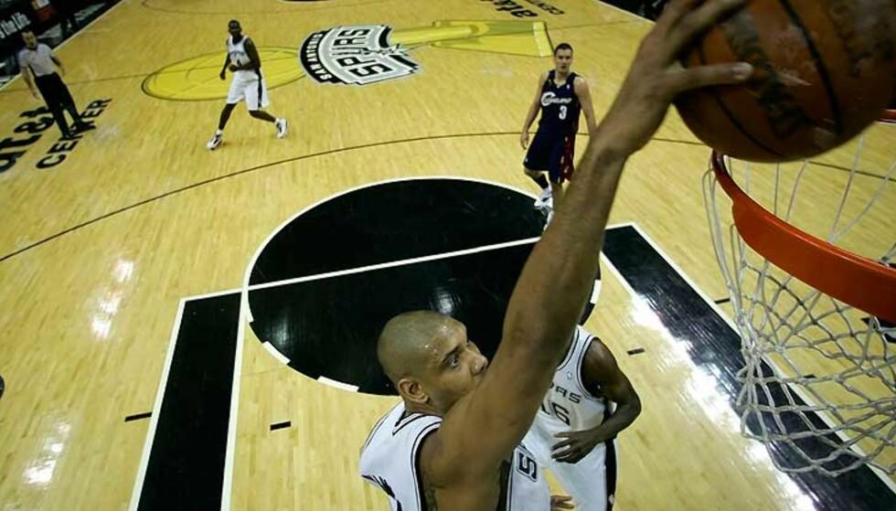 24 POENG: Her setter Tim Duncan inn to av sine 24 poeng i Spurs-seieren i natt. Foto: Scanpix/Afp