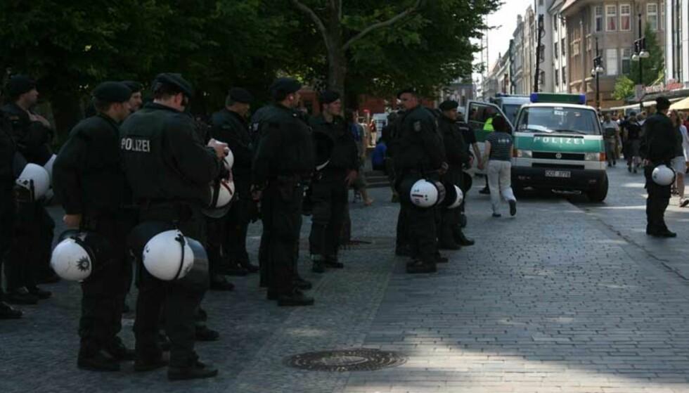 SJEKKER ALLE: Politiet er på alle gatehjørner i Rostock, og sjekker de som går forbi, ifølge reporter på stedet. De som ikke kan identifisere seg, blir anholdt. Foto: Jon Rosenberg Hagen