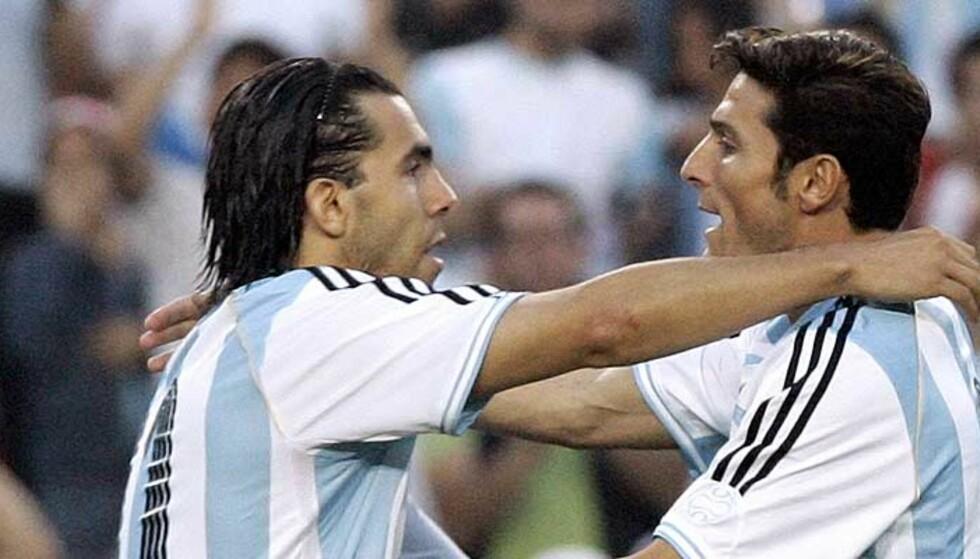 PÅ FLYTTEFOT: Carlos Tevez er blant annet ønsket av italienske Inter. Der kan han bli lagkamerat med blant annet landsmannen Javier Zanetti (høyre). Foto: Manu Fernandez/AP/Scanpix