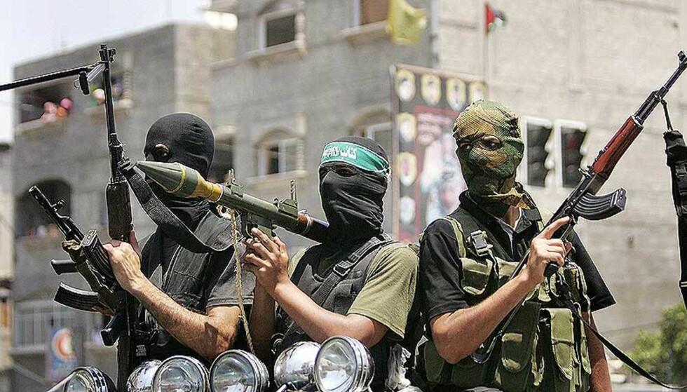 BLODIGE KAMPER: Kampene tilspisser seg på Gaza. Den humanitære situasjonen forverres, og politikere frykter spredning til Vestbredden. Her er militante Hamas-medlemmer på Gaza i dag. Foto: REUTERS/Suhaib Salem/SCANPIX