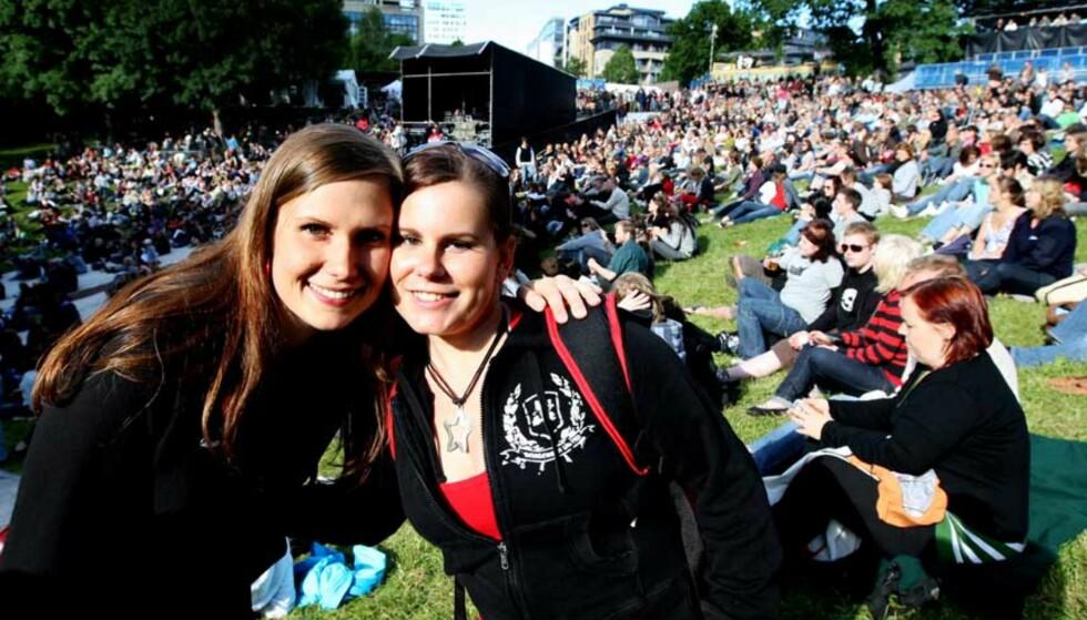 FRA SVERIGE: Anukaisa Ojala (t.v.) og Marjo Viitala har kommet fra Sverige for å se Tori Amos. Foto: EIRIK HELLAND URKE