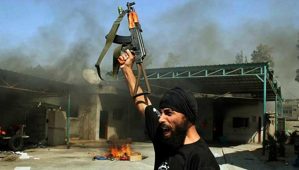 BORGERKRIG: Den militante organisasjonen av Hamas har tatt kontrollen på Gaza-stripen. Her feirer en Hamas-soldat seieren over de palestinske sikkerhetsstyrkene som er lojale mot president Abbas. Foto: Hatem Omar/ AP